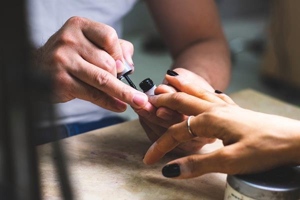 Jak wybrać dobry salon manicure w Warszawie?